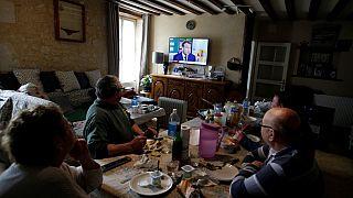 Televizyon izlerken yemek yiyenler (Arşiv)