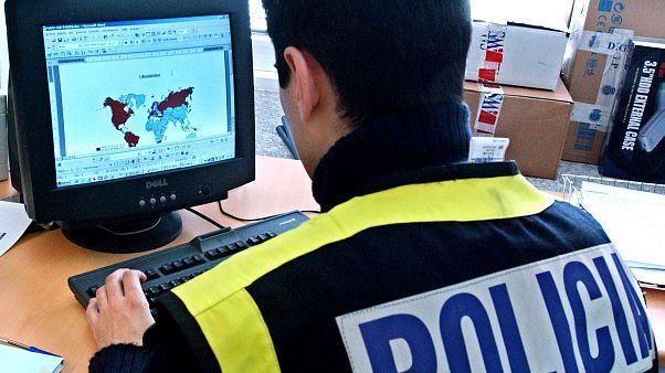 صورة من الأرشيف- ضابط شرطة إسباني يحقق في قضايا إستغلال الأطفال في المواد الإباحية في مدريد