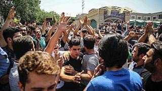 2018 yılında ekonomisi kötü giden İran'da halk hükümeti bir çok şehirde protesto ediyordu