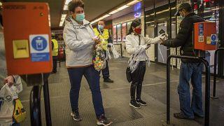 A járvány első hullámában maszkokat osztottak a BKV utasainak