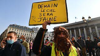 """Bir sarı yelekli Paris'te elinde """"Yarın gök yüzü sarı olacak"""" pankartı ile gösteriye katıldı"""