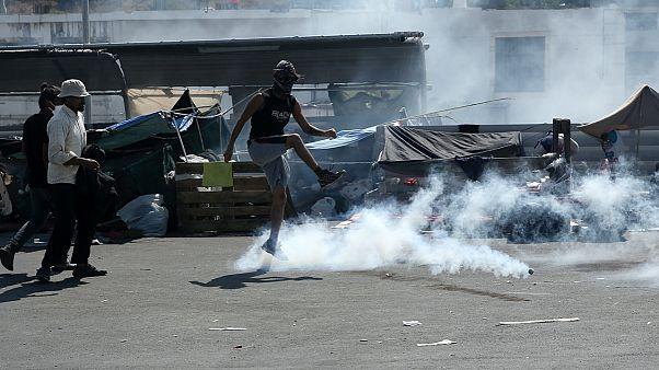 Morya kampının yanması sonrası Yunanistan'ın Midilli Adası'nda sokakta kalan mültecilere polis biber gazı ile müdahale etti