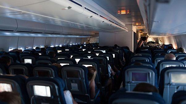 بیشتر شرکتهای هواپیمایی برای جلوگیری از شیوع ویروس کرونا زدن ماسک در داخل هواپیما را اجباری کردهاند