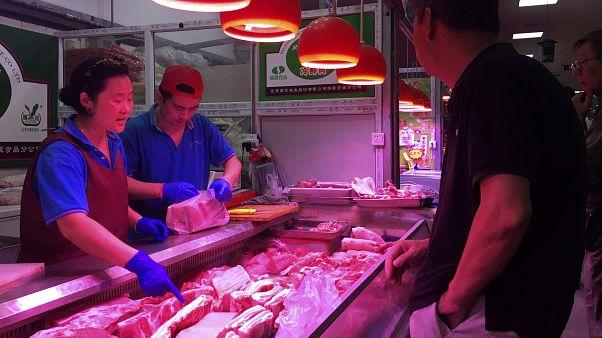 Çin'de domuz eti satan bir kasap