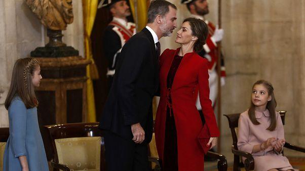 وريثة العهد الإسباني ليونور إلى اليسار