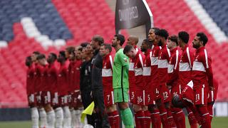 لاعبو أرسنال وليفربول يستمعون إلى نشيد الوطني قبل مباراة درع الاتحاد الإنجليزي 2020
