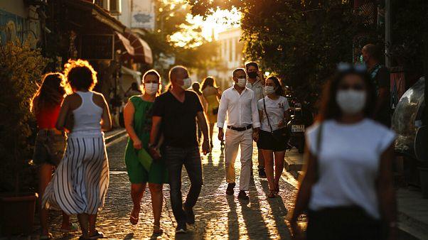 Maskeli turistler