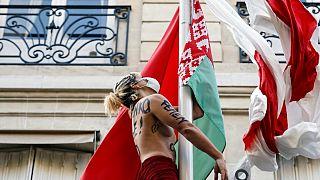 Parigi: protesta delle Femen davanti all'ambasciata bielorussa