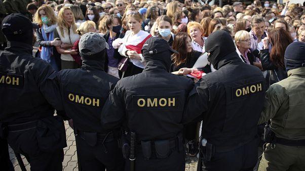 La polizia controlla la manifestazione delle donne a Minsk.