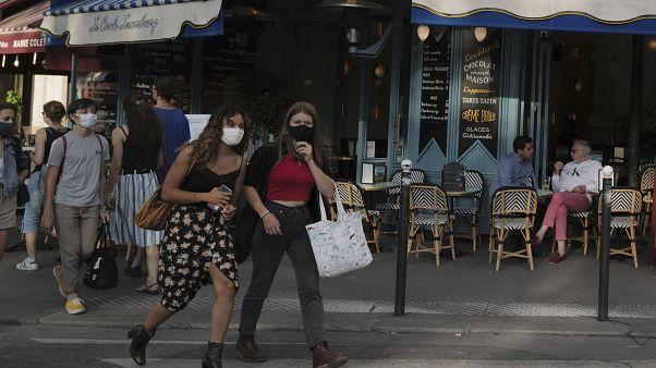 Mọi người đeo khẩu trang bảo vệ để đề phòng vi rút coronavirus, đi bộ ở Paris, Thứ Năm, ngày 10 tháng 9 năm 2020.