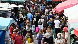 Menschen mit Mundschutz auf einem Markt in Rennes