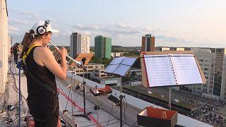 Dresden Senfoni Orkestrası'ndan sosyal mesafeli çatı konseri