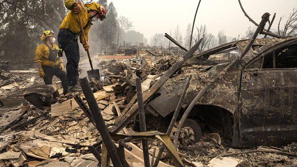 Un grupo de bomberos trabaja en la localidad de Talent (Oregón)