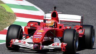 Mick Schumacher pilota el Ferrari F2004 de su padre Michael Schumacher en el circuito de Mugello, Italia
