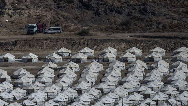 Vue générale du camp provisoire près de la ville de Mytilène, sur l'île de Lesbos