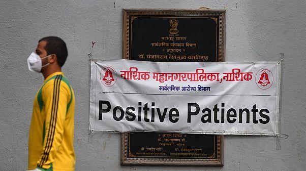Hindistan'da koronavirüs vakaları 4.8 milyonu geçince hükümet aşı çalışmalarını hızlandıracağını açıkladı.