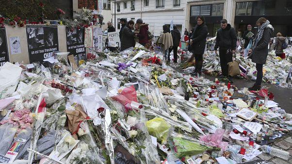 Des fleurs déposées en hommage aux victimes de l'attentat de Charlie Hebdo (14 janvier 2015)