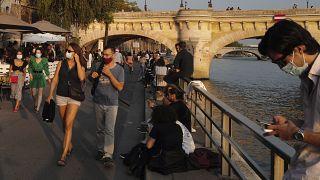 Ведущие медики Франции призывают сограждан свести все социальные контаты к минимуму
