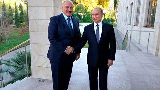 El presidente de Bielorrusia, Alexander Lukashenko junto al presidente de Rusia, Vladimir Putin, en una anterior reunión en Sochi, Rusia. El 7 de diciembre de 2019.