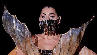 Rossy de Palma défile pour le créateur Andres Sarda pendant la fashion week de Madrid, le 10 septembre 2020