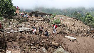 فرق الإنقاذ تبحث عن جثث ضحايا الانهيارات الأرضية جراء الأمطار الغزيرة في منطقة سيندهوبالتشوك شمال شرق كاتماندو