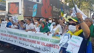 جزائريون مؤيدون للحراك الجزائري يتظاهرون في باريس
