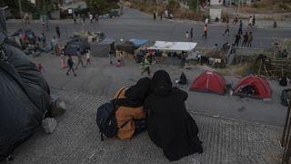 Lesbos : sur le bitume, en attendant la construction d'un nouveau camp de migrants
