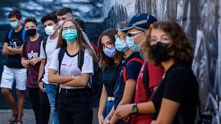 Des élèves écoutent les conseils sanitaires dans leur lycée de Rome le jour de la rentrée, le 14 septembre 2020