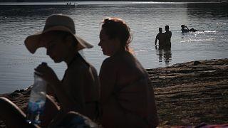 Des habitants se rafraîchissent au bord du lac Garasi en Serbie, le 29 août 2020
