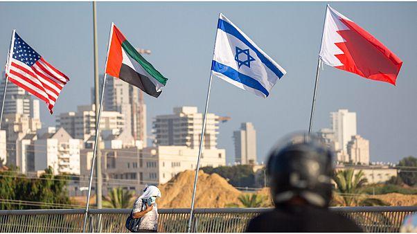 العلم الأمريكي إلى جانب علم إسرائيل والإمارات والبحرين