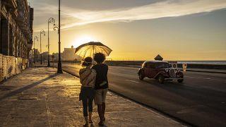 Küba'da maskeli bir çift (Arşiv)
