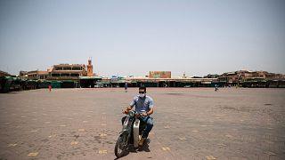 Un homme traverse la place Jemma el-Fnaa à Marrakech au Maroc d'habitude noire de monde, le 22 juillet 2020