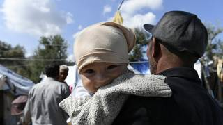 Mann hält Baby im Arm, Moria, Lesbos, 25.9.2020
