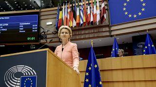 La Presidente della Commissione europea Ursula von der Leyen si rivolge alla plenaria durante il suo primo discorso sullo stato dell'Unione al Parlamento europeo a Bruxelles