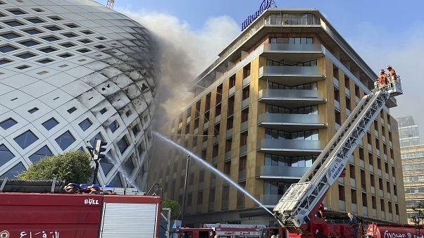 قوات الدفاع المدني تخمد الحريق المشتعل في المبنى وسط بيروت