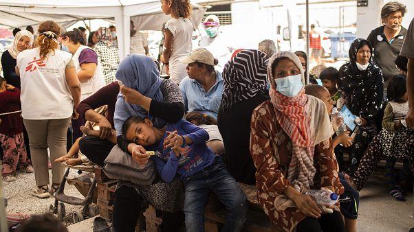 Migranten auf Lesbos werden von Mitgliedern von Ärzte ohne Grenzen versorgt