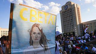 عکس سوتلانا تیخانوفسکایا، رهبر مخالفان بلاروس در دست معترضان