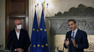 Avrupa Konseyi Başkanı Charles Michel (solda) ve Yunanistan Başbakanı Miçotakis