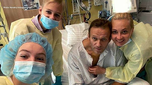 الکسی ناوالنی در بیمارستان برلین در کنار اعضای خانوادهاش