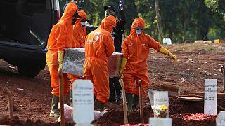 تدفین قربانیان کرونا در اندونزی