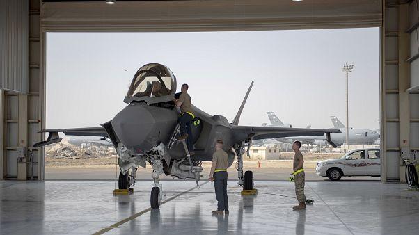 F-35 savaş uçağı pilotu ve mürettebatı Birleşik Arap Emirlikleri'ndeki Al-Dhafra Hava Üssü'nde bir göreve hazırlanıyor