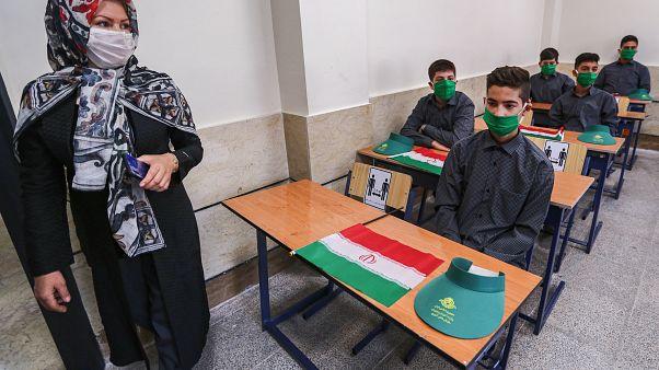 تلاميذ داخل قسم مدرسي في العاصمة الإيرانية طهران - 2020/09/05