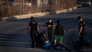 پلیس یونان در حال بازرسی مهاجران در جزیره لسبوس