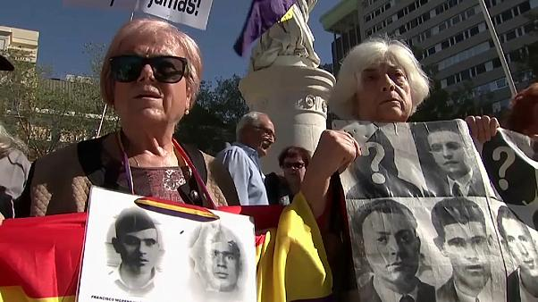 Un grupo de personas se manifiesta delante del Tribunal Supremo exigiendo justicia para las víctimas del franquismo el 24 de septiembre de 2019