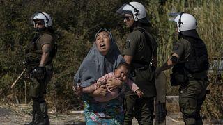 Yunanistan'ın Moria kampındaki yangından kaçan bir anne