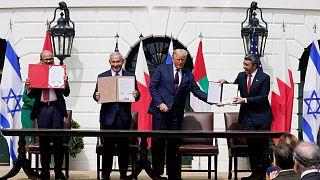 وزیران خارجه امارات عربی متحده و بحرین به همراه نخست وزیر اسرائیل و رئیس جمهوری آمریکا در کاخ سفید