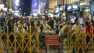 Gente en terrazas en Soho, Londres, el sábado, 12 de septiembre