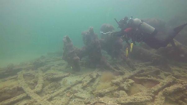 Un submarinista observa el pecio del barco