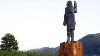 تمثال برونزي يمثل السيدة الأولى للولايات المتحدة ميلانيا ترامب صنعه الفنان الأمريكي براد داوني المقيم في برلين، في مسقط رأسها بسيفنيكا في سلوفينيا