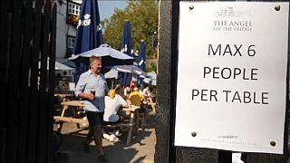 """""""Massimo sei persone per tavolo"""", si legge in questo ristorante."""